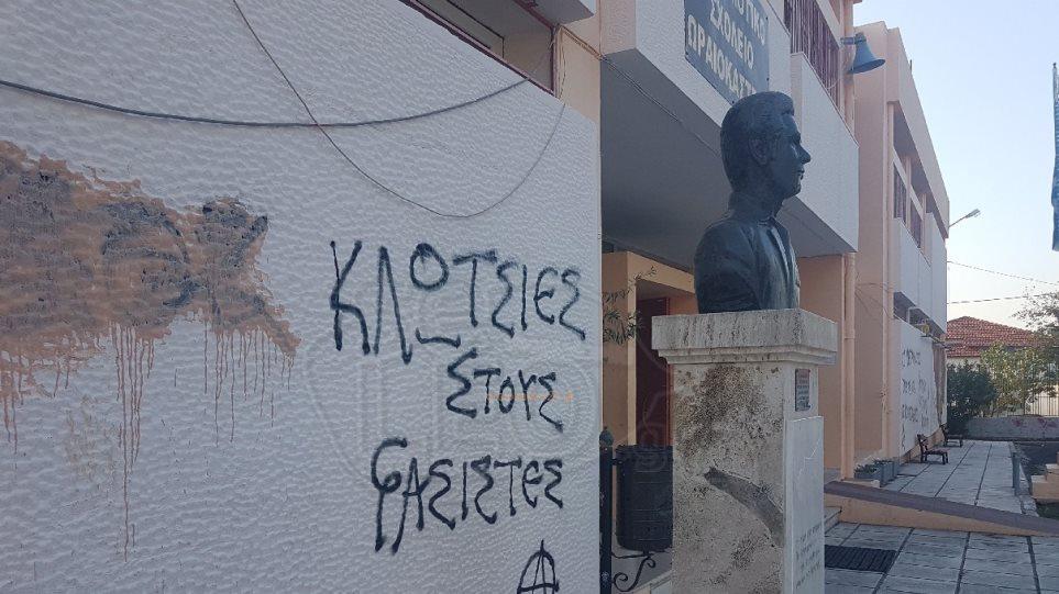 Φωτογραφίες: Άγνωστοι γέμισαν με συνθήματα το δημαρχείο και σχολεία του Ωραιοκάστρου