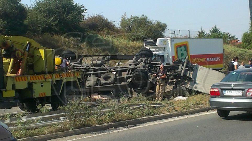 Φρικτό δυστύχημα στη Θεσσαλονίκη με ένα νεκρό και πέντε τραυματίες όταν φορτηγό πέρασε στο αντίθετο ρεύμα