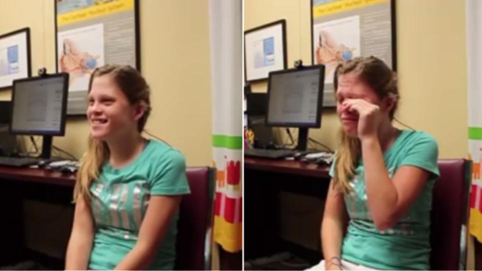 Συγκινητικό βίντεο: Κωφή έφηβη ακούει τη φωνή της μητέρας της για πρώτη φορά
