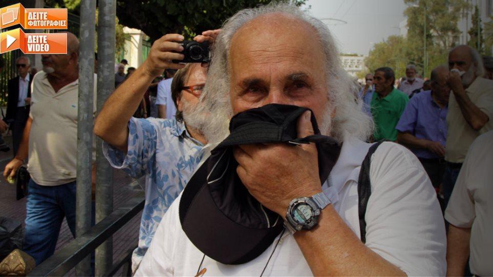 Τα ΜΑΤ ψέκασαν με χημικά τους συνταξιούχους στο Μαξίμου