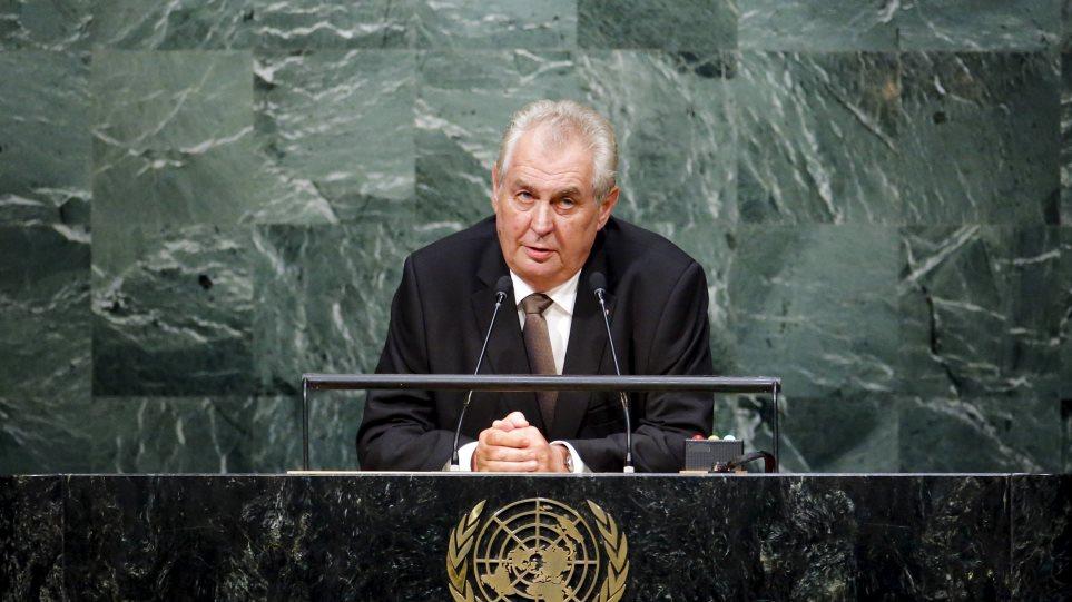 Προκλητικός ο Τσέχος πρόεδρος: Σε ακατοίκητα ελληνικά νησιά οι μετανάστες χωρίς άσυλο