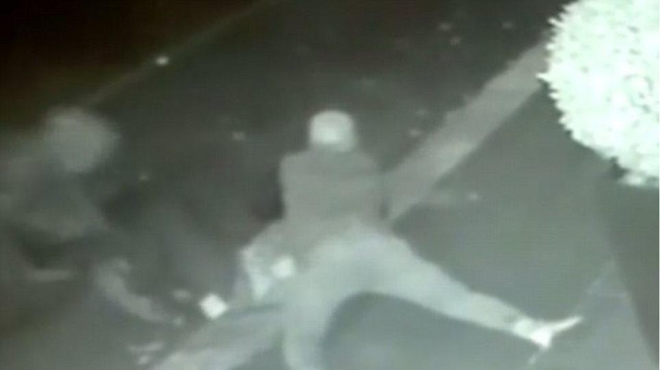 Βίντεο-σοκ: Ληστές επιτίθενται σε τουρίστα - Του βάζουν πορτοκάλι στο στόμα για να μην φωνάξει