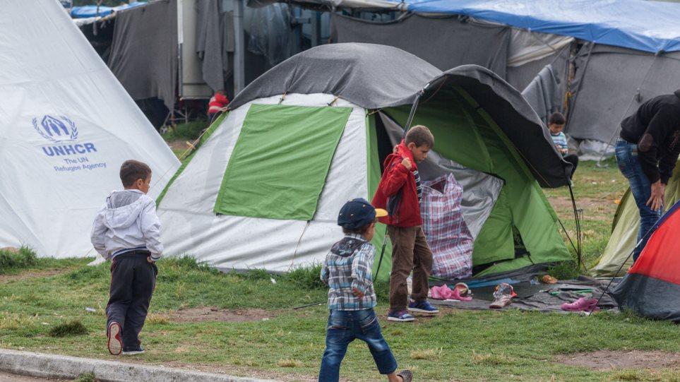 Spiegel: Απελπιστική η κατάσταση στα ελληνικά νησιά - Χάος στους καταυλισμούς