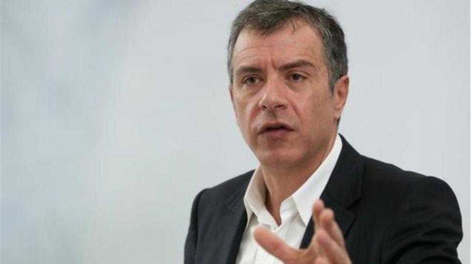 Ο Θεοδωράκης τρολάρει την κυβέρνηση για τις δημοσκοπήσεις