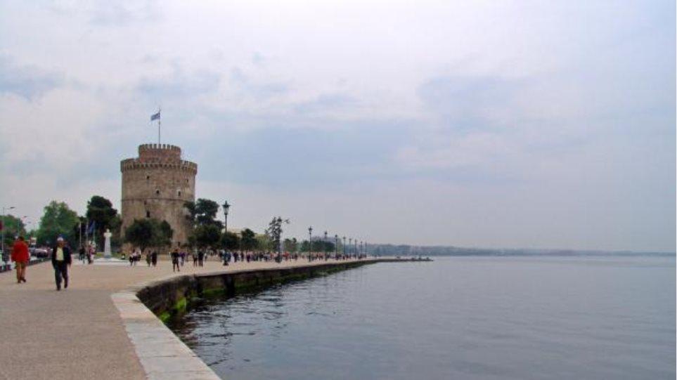 Θεσσαλονίκη: Άντρας έπεσε στα νερά του Θερμαϊκού, ενώ περπατούσε στην Παραλία