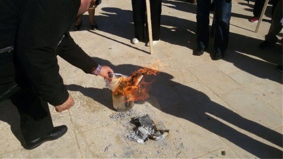 Συνταξιούχοι έκαψαν την επιστολή Κατρούγκαλου και στο Ρέθυμνο