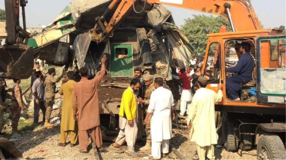 Πακιστάν: Τουλάχιστον 21 νεκροί από τη σύγκρουση τρένων στο Καράτσι