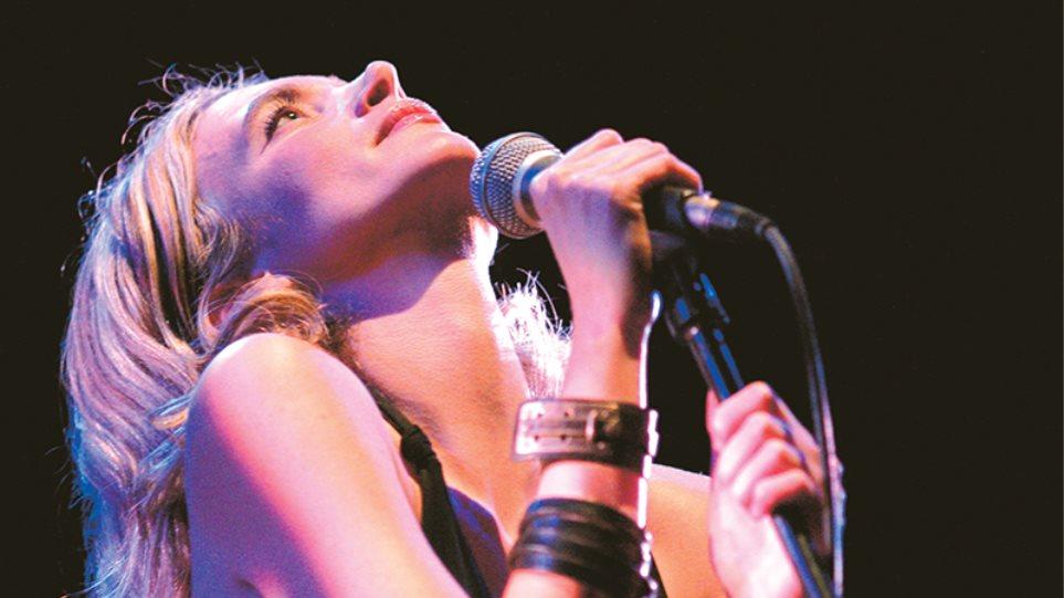 Αθηνά  Ανδρεάδη: Η διεθνής Athena τραγουδάει με τον Κοέν