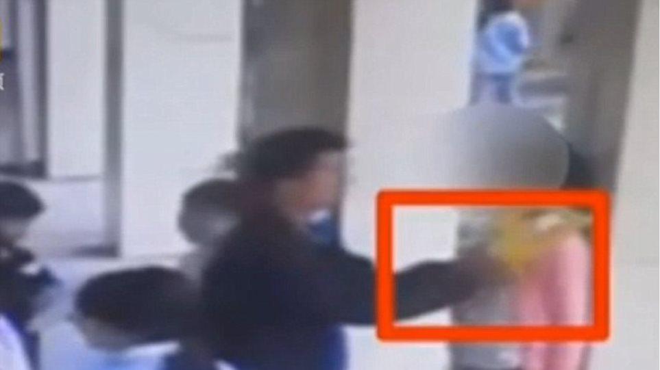 Βίντεο: «Γιατρός» πιάνει τα στήθη μαθητριών σε σχολείο της Κίνας