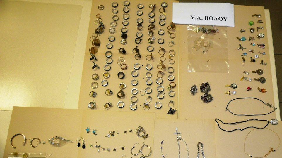 Βόλος: Συνέλαβαν ζευγάρι που έκλεψε κοσμήματα από μαγαζί