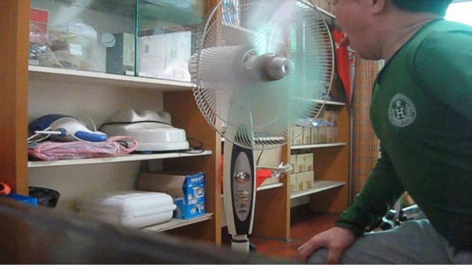 Απίστευτο βίντεο: Καταφέρνει να σταματήσει τον ανεμιστήρα μόνο με τη... γλώσσα του
