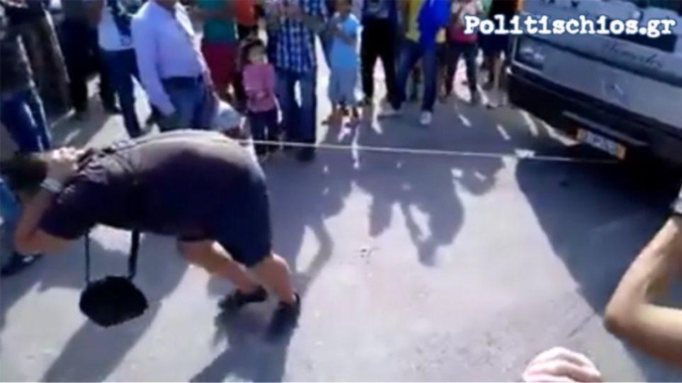 Χίος: Σύρος πρόσφυγας σέρνει λεωφορεία με τα... μαλλιά του (βίντεο)