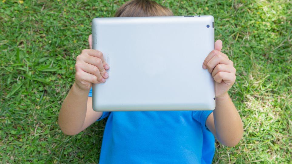 Ακτινοβολία στο σπίτι: Τι ισχύει με Wi-Fi, κινητά και ασύρματα
