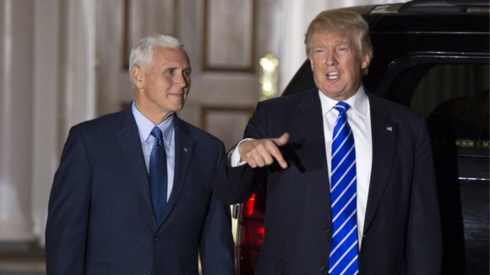 Ο Τραμπ κάνει κριτική θεάτρου και επιμένει στη συγγνώμη των ηθοποιών προς τον αντιπρόεδρό του