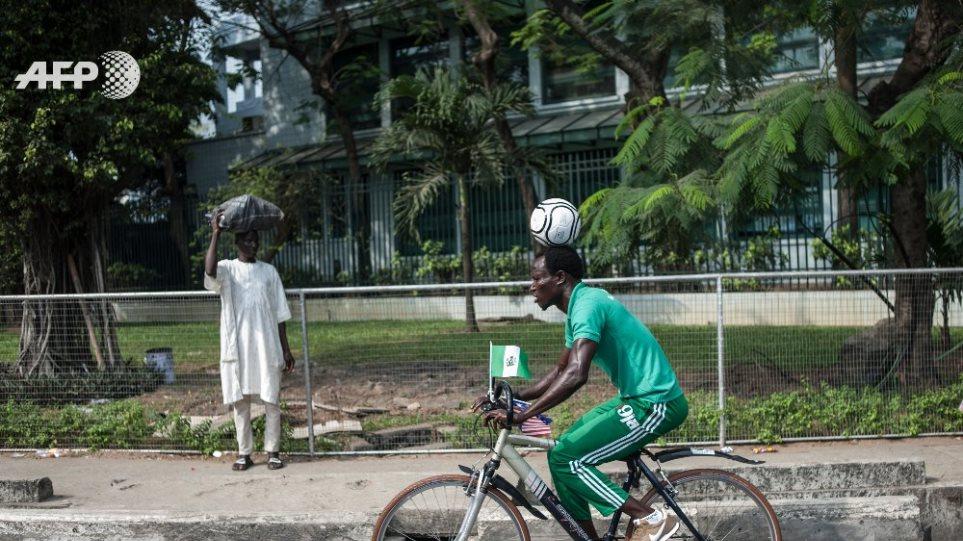 Απίστευτο κατόρθωμα: Ταξίδεψε 103χλμ. κάνοντας ποδήλατο με μια μπάλα «κολλημένη» στο κεφάλι του