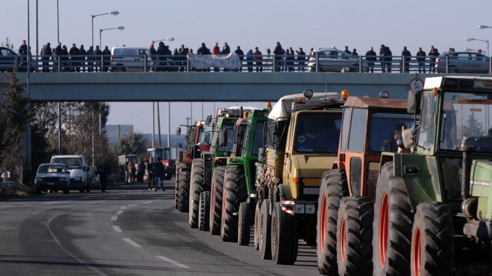 Ζεσταίνουν τις μηχανές των τρακτέρ για μπλόκα οι αγρότες