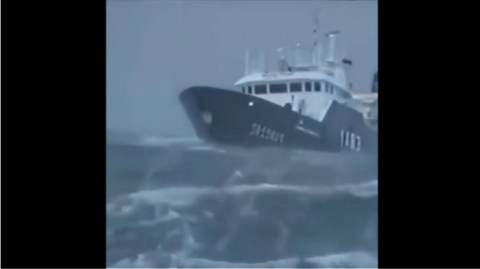 10 πλοία δίνουν μάχη με κύματα που φτάνουν τα 30 μέτρα! c6e4ca95fb0