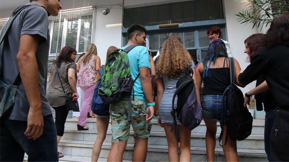 Νέα, προωθημένα σεξουαλικά ήθη στα γυμνάσια προωθεί το υπουργείο Παιδείας