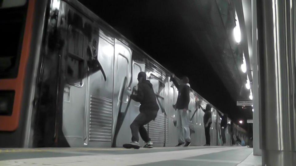 Συνέλαβαν επ' αυτοφώρω οχτώ Αμερικανούς και Έλληνες γκραφιτάδες στο αμαξοστάσιο της ΤΡΑΙΝΟΣΕ