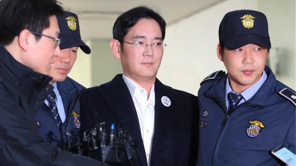 Νότια Κορέα: Δεμένος με λευκό σχοινί οδηγήθηκε στον ανακριτή ο επικεφαλης της Samsung