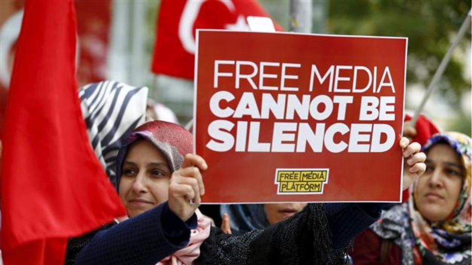 Τουρκία: Δημοσιογράφοι διαδηλώνουν υπέρ των φυλακισμένων συναδέλφων τους