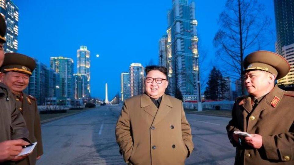 Πανηγυρίζει ο Κιμ Γιονγκ Ουν για τις πυραυλικές δοκιμές: Αναγεννήθηκε η βιομηχανία μας!