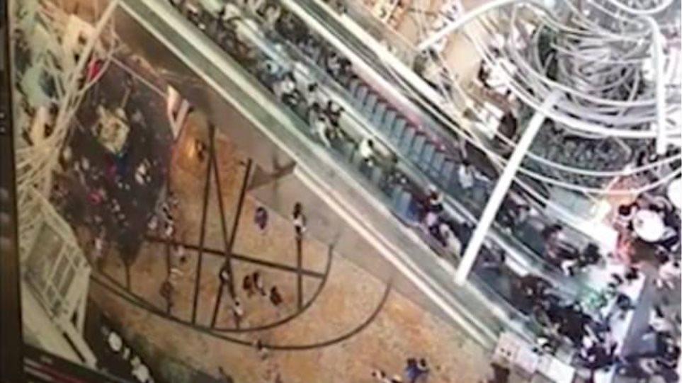 Οι κυλιόμενες σκάλες «από την κόλαση»: 17 τραυματίες από ανθρώπινο «ντόμινο»