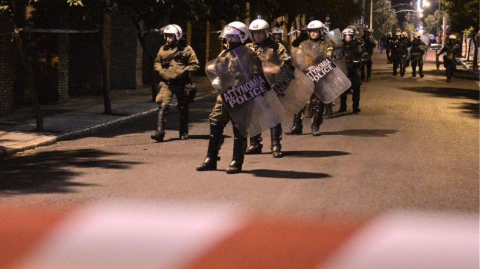 Επίθεση με πέτρες στη διμοιρία των ΜΑΤ έξω από τα γραφεία του ΠΑΣΟΚ