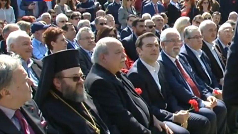Με κόκκινο γαρύφαλλο στα χέρια στην εκδήλωση για τον Μπελογιάννη ο Τσίπρας
