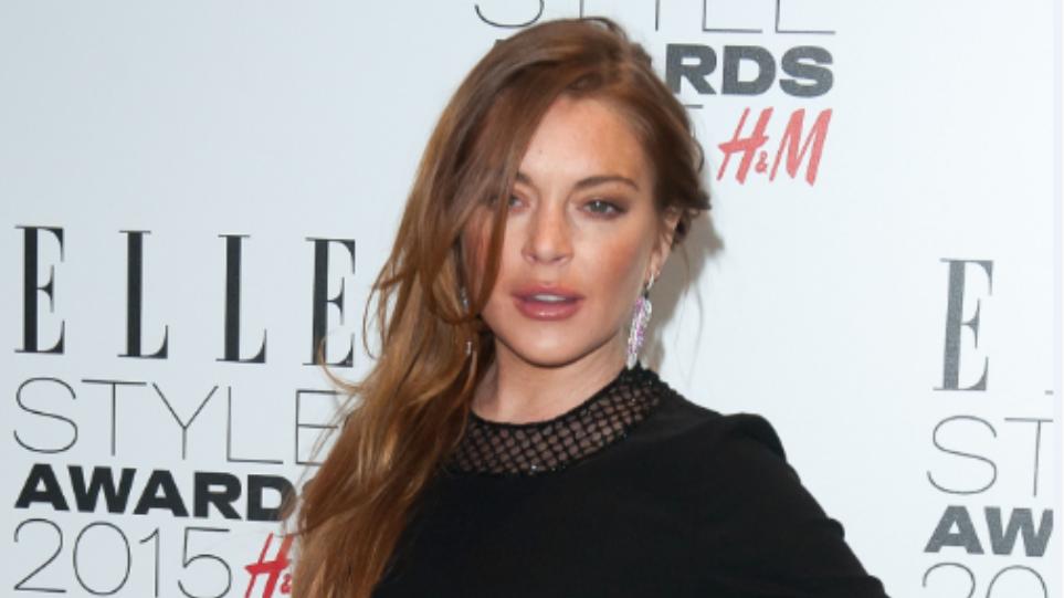 Φωτογραφία: Η Lindsay Lohan ποζάρει ξανά με μαντίλα και... λευκό αποκαλυπτικό μίνι