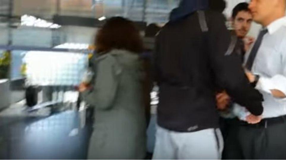 Βίντεο: Έφοδος αναρχικών στα γραφεία εταιρείας στην Καλλιθέα