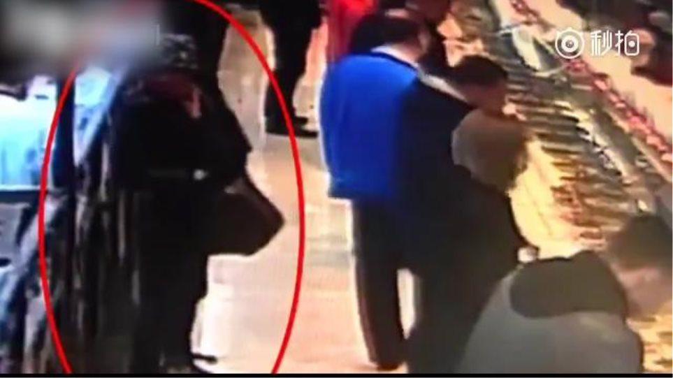 Βίντεο: Ο πελάτης «τρελάθηκε», έβγαλε δύο μαχαίρια και χτύπησε ανυποψίαστο άντρα!