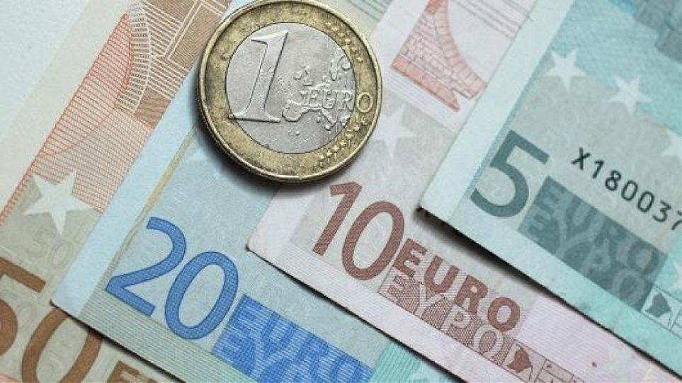 Πιέσεις στο ευρώ – Σε χαμηλό εννέα ημερών