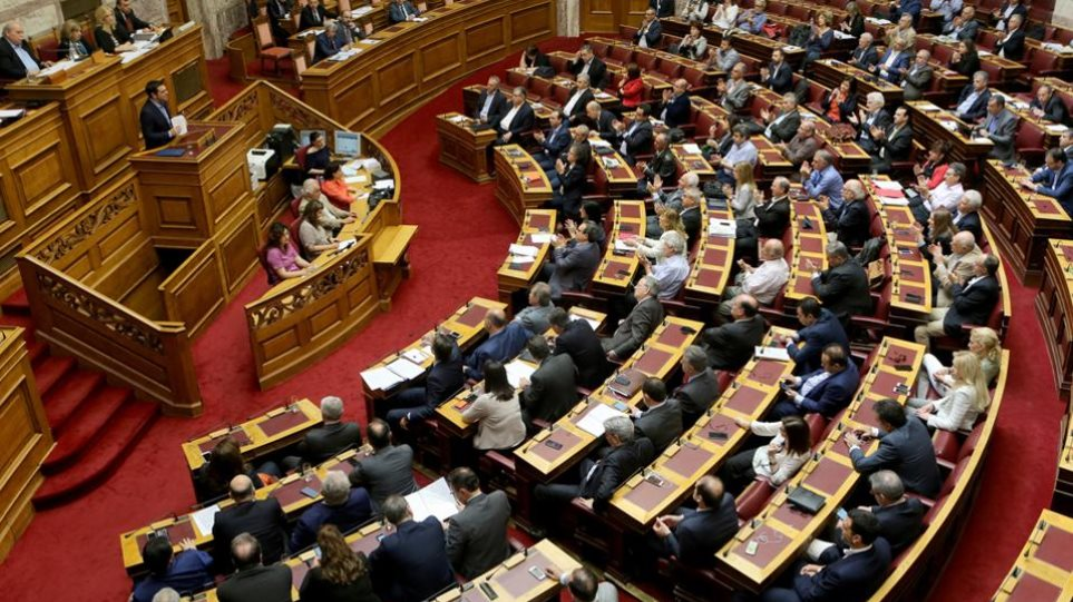 Πυρ ομαδόν από την αντιπολίτευση για «εξυπηρετήσεις» με «βιομηχανία» τροπολογιών