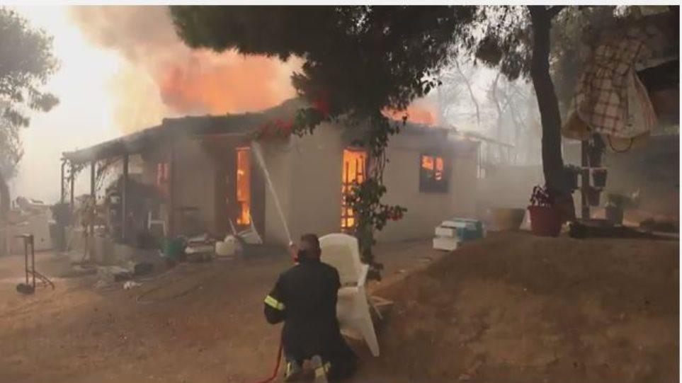 Συγκλονιστικό βίντεο: Σπίτι παραδόθηκε στις φλόγες στη φωτιά των Αγίων Θεοδώρων