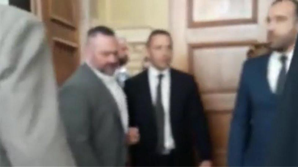 Βίντεο: Ο Κασιδιάρης βγαίνει βρίζοντας από την Ολομέλεια μετά την επίθεση σε Δένδια