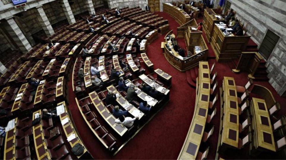 Στη Βουλή τα προαπαιτούμενα για πάγωμα των συντάξεων μέχρι το 2023 και εργασιακά