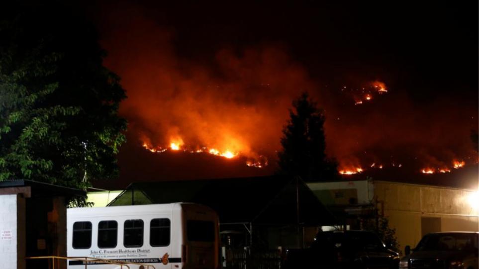 Αντιμέτωποι με ακόμα μεγαλύτερες δυσκολίες είναι οι πυροσβέστες που δίνουν μάχη με τις φλόγες στην Καλιφόρνια, καθώς ισχυροί άνεμοι.