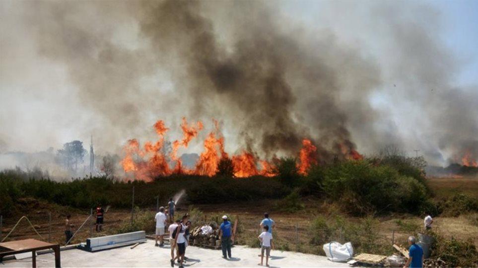 Μεγάλη πυρκαγιά στην Πρέβεζα - Κάηκε εργοστάσιο, απειλήθηκαν σπίτια