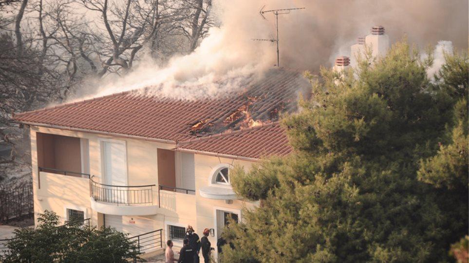Πύρινη κόλαση στον Κάλαμο: Καθυστέρησαν τα εναέρια μέσα - Κάηκαν σπίτια