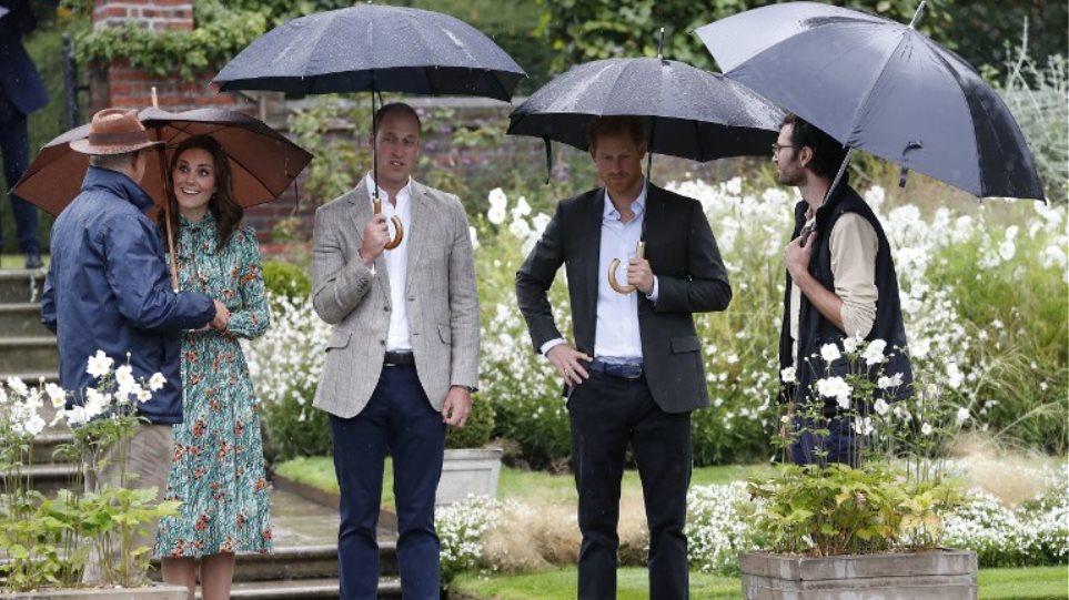 Βίντεο: Γουίλιαμ, Χάρι και Κέιτ στον κήπο που δημιουργήθηκε εις μνήμην της Νταϊάνα