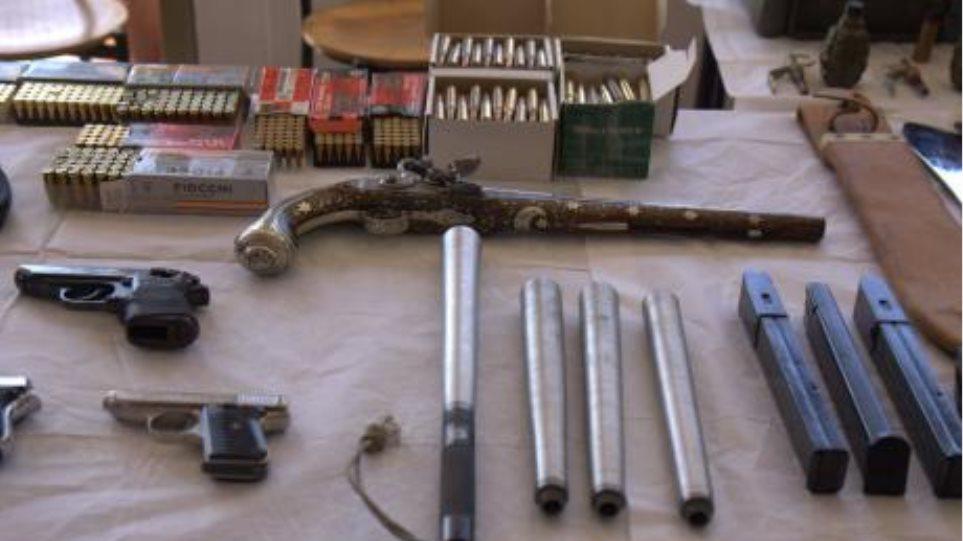 Πιστόλια, περίστροφα, τυφέκια, ακόμα και καρυοφύλι είχε σπείρα εμπορίας όπλων