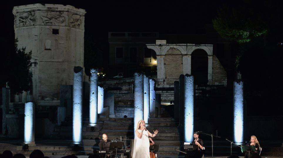 Η Αλεξάνδρα Γκράβας τραγούδησε με πανσέληνο στη Ρωμαϊκή Αγορά