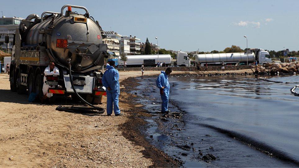 Παλεύουν με το πετρέλαιο στο Σαρωνικό οι δήμοι της παραλιακής και η Σαλαμίνα