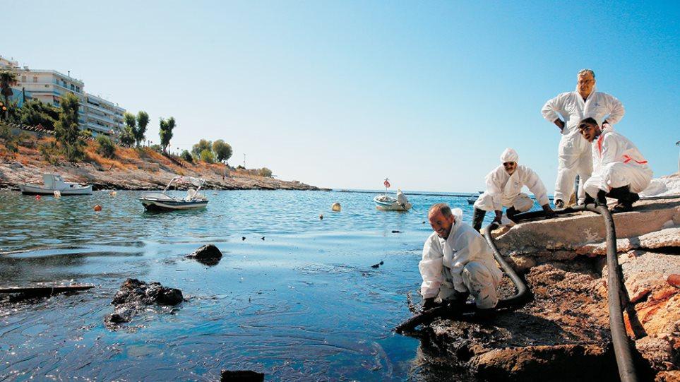 Μέχρι τη Σαρωνίδα η πετρελαιοκηλίδα - Κίνδυνος να φτάσει στο πιάτο μας