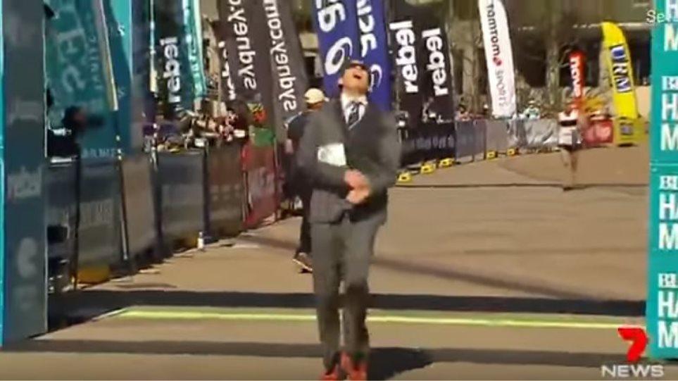 Βίντεο: Έκανε Ρεκόρ Γκίνες τρέχοντας τον μαραθώνιο με... κοστούμι!