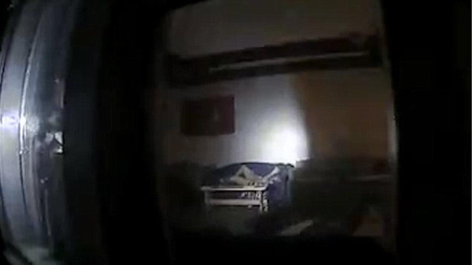 Βίντεο: Η αστυνομία «πιάνει στα πράσα» διαρρήκτη ενώ... αυτοϊκανοποιείται στον καναπέ
