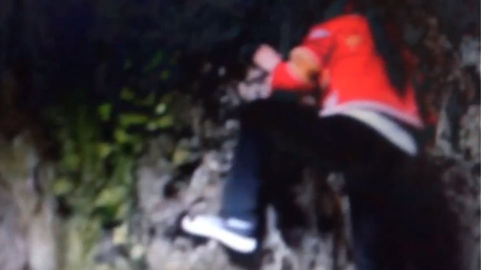 Λούο: Η Κινέζα «spider woman» που σκαρφαλώνει σε απότομους βράχους για βότανα