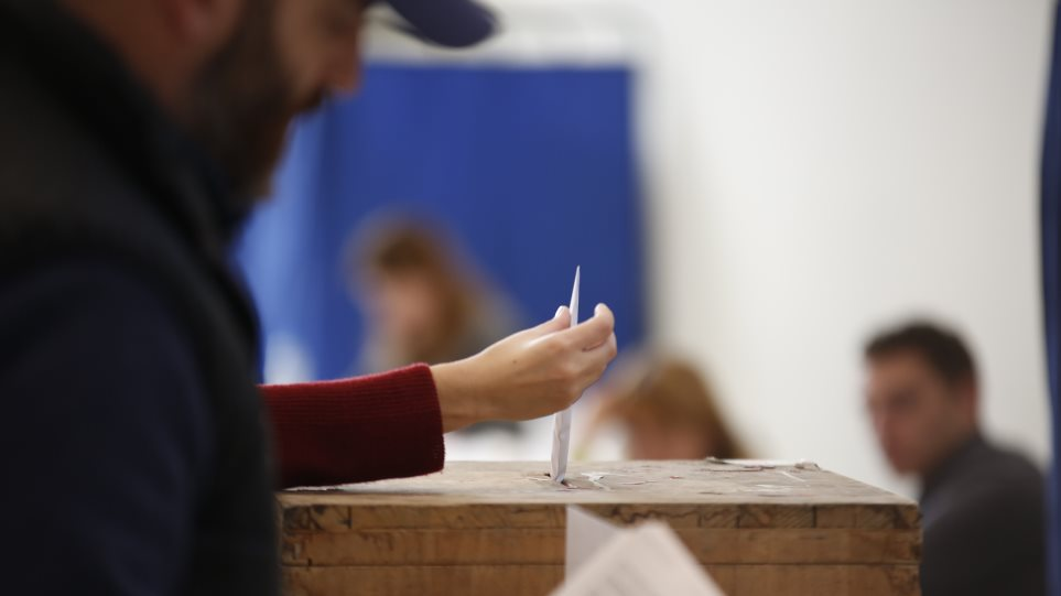 Μετωπική σύγκρουση ΝΔ-κυβέρνησης για τις δημοσκοπήσεις