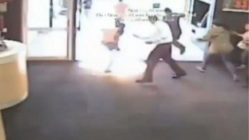 Σοκαριστικό βίντεο: Πελάτης ρίχνει βενζίνη και βάζει φωτιά σε τράπεζα επειδή περίμενε στην ουρά